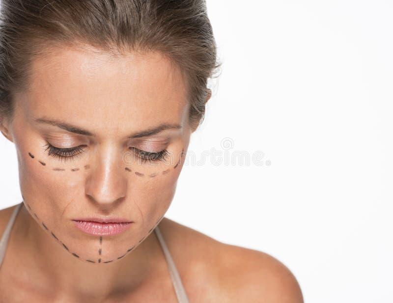 Download Concerned женщина с метками пластической хирургии на стороне Стоковое Фото - изображение насчитывающей коррекция, изолировано: 33732632