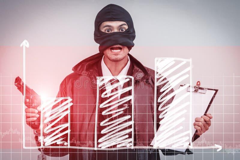 Обеспокоенный бизнесмен на работе смотря отрицательную диаграмму дела со стрелкой идя вниз стоковое изображение