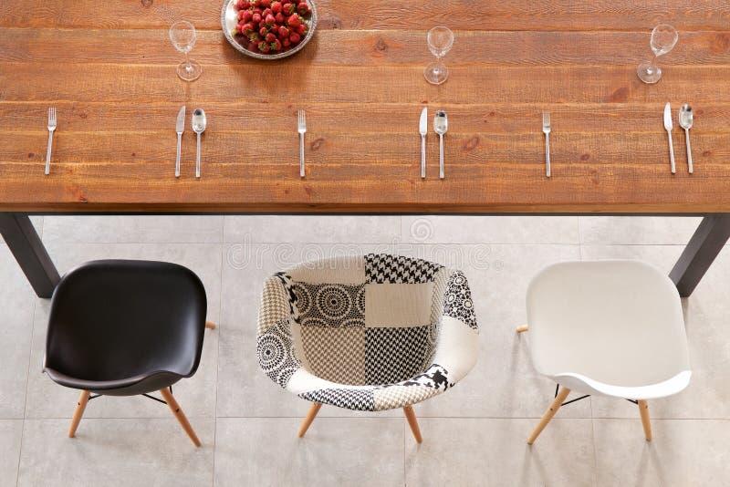 Обедать деревянный стол и столовый прибор стоковая фотография rf