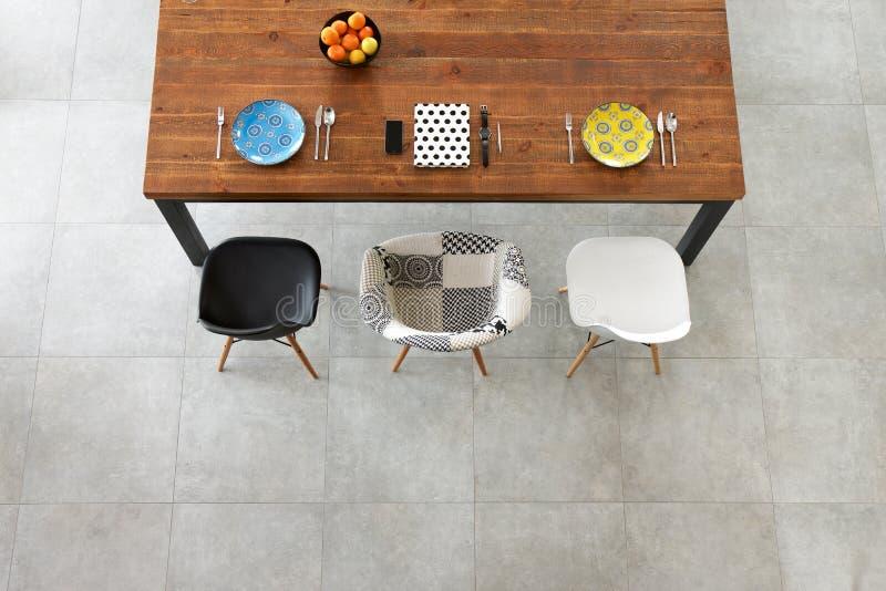 Обедать деревянный стол, плиты фарфора цвета стоковые изображения rf