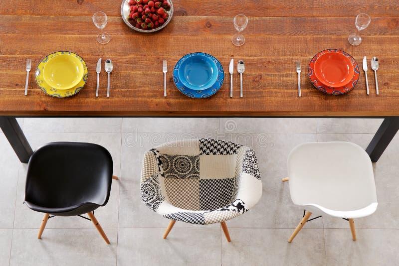 Обедать плиты фарфора деревянного стола и цвета стоковые фото