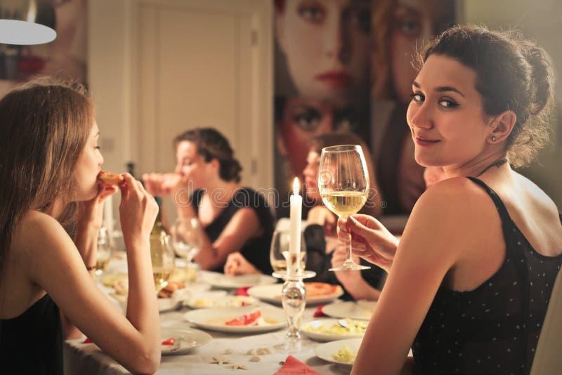Обедающий между друзьями стоковые фотографии rf