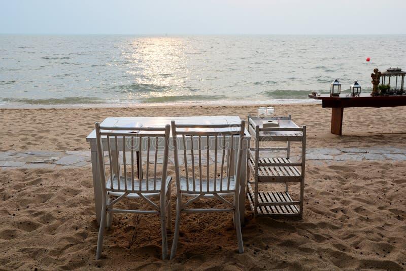 Обедающий настроенный на пляже стоковое изображение rf