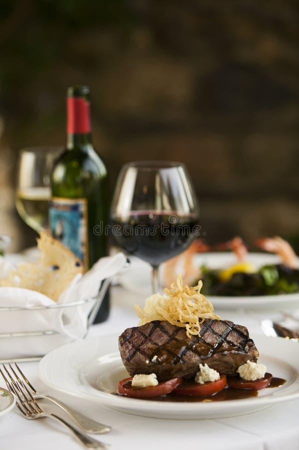 Обедающий стейка на белой плите. стоковое изображение