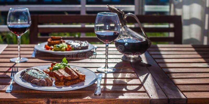 Обедающий стейка с фраями стоковая фотография rf