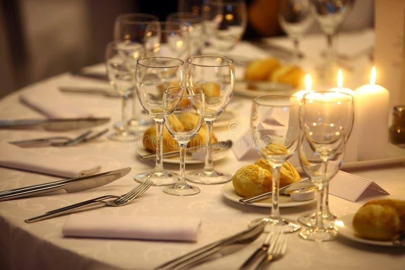 Download Обед в ресторане стоковое изображение. изображение насчитывающей кристалл - 41652953