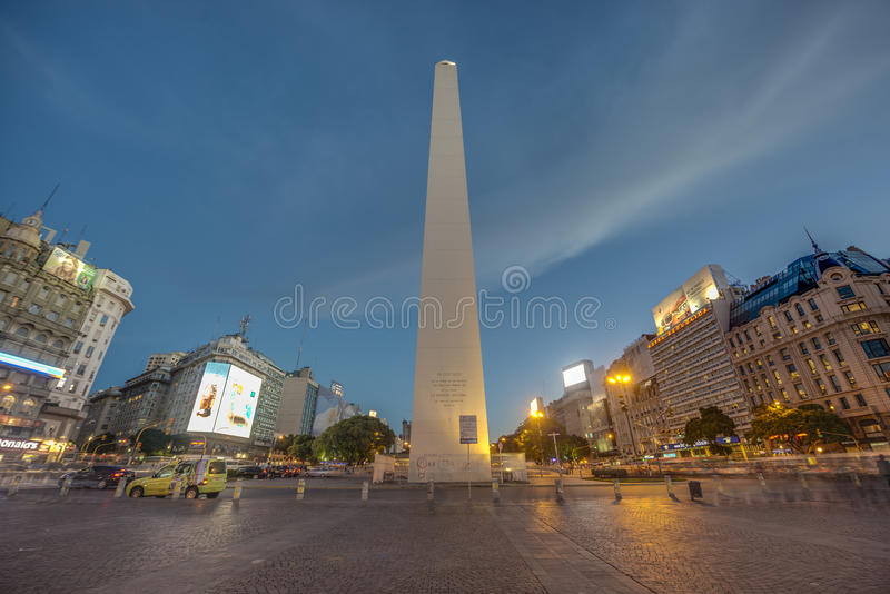 Обелиск (El Obelisco) в Буэносе-Айрес. стоковые изображения rf