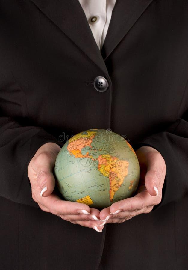 обе руки глобуса держа женщину стоковые изображения rf