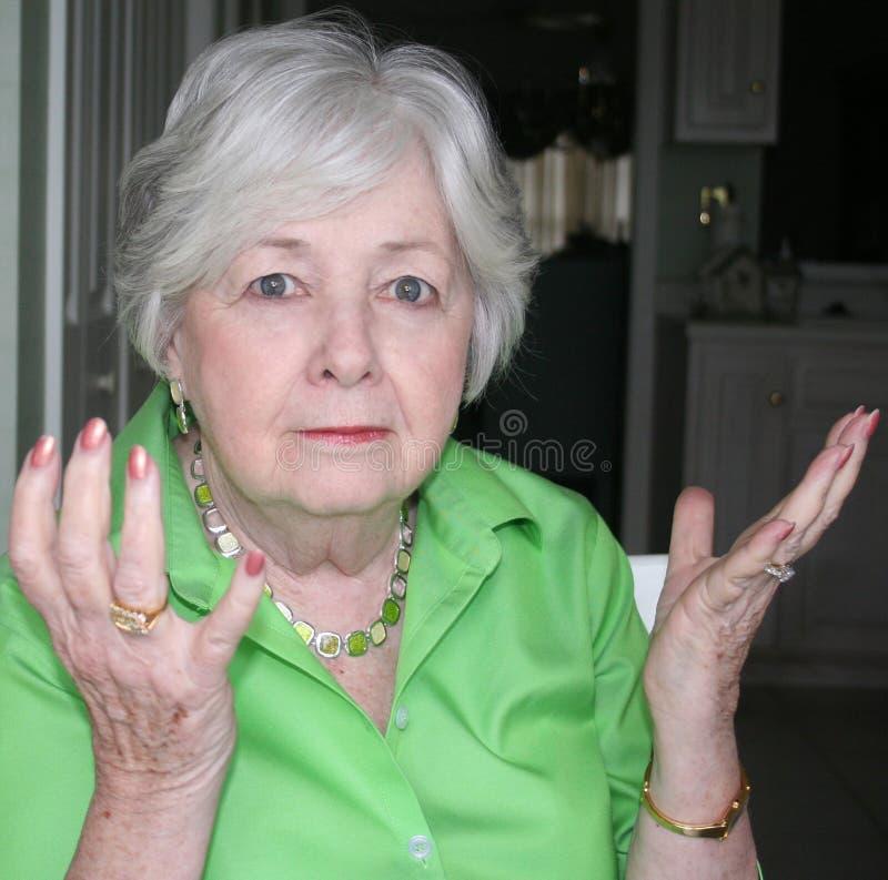 обе руки ее женщина удерживания более старая поднимающая вверх стоковые фото