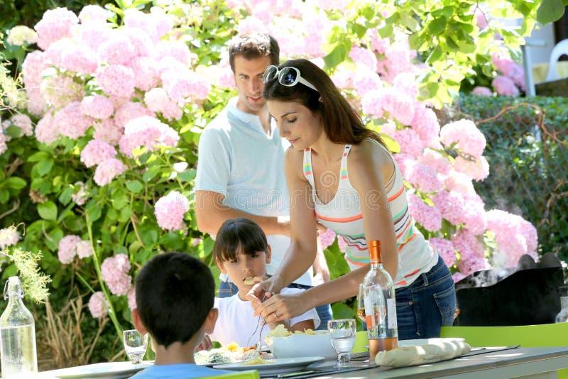 Обед сервировки матери и отца к детям стоковые изображения