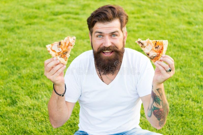 Обе части для меня Хипстер человека бородатый есть очень вкусную пиццу Жизнерадостный парень съесть пиццу Концепция пикника лета  стоковое фото rf