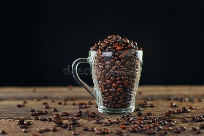 Обжаренные кофейные бобы в стекле стоковое фото rf