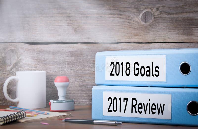 2017 обзоров и 2018 целей 2 связывателя на столе в офисе дополнительная форма дела предпосылки стоковые фотографии rf