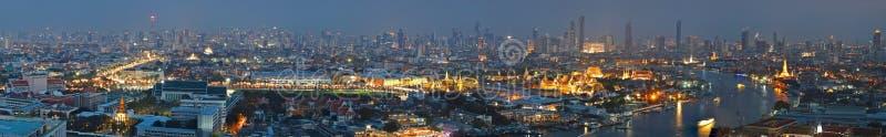Обзор города Бангкока панорамы с большим дворцом, Wat Phra Kaew, виском возлежа ориентира Будды Бангкока стоковая фотография rf