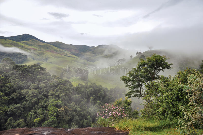 Обзор леса и холмов положенных в кожух туманом и облаками около городка polis ³ Joanà стоковое изображение