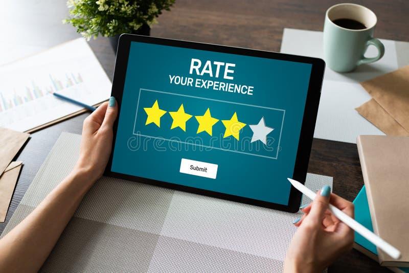 Обзор опыта клиента тарифа Обслуживание и удовлетворение клиента Классифицировать 5 звезд Принципиальная схема интернета дела стоковые фотографии rf