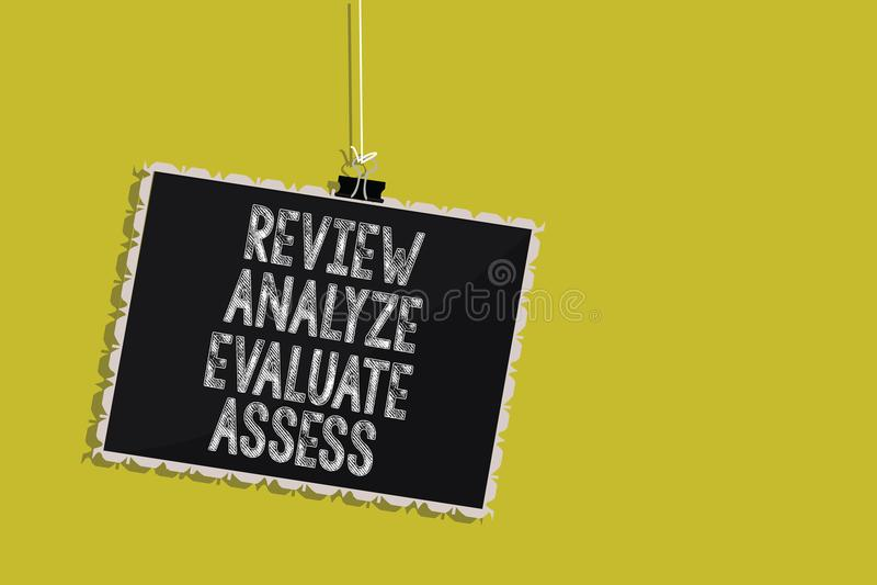 Обзор текста почерка анализирует оценивает определяет Оценка смысла концепции mes классн классного процесса обратной связи предст стоковая фотография rf