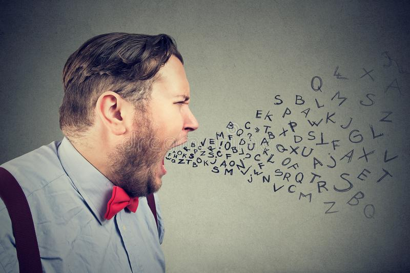 Обиды коренастого сердитого человека кричащие стоковая фотография rf