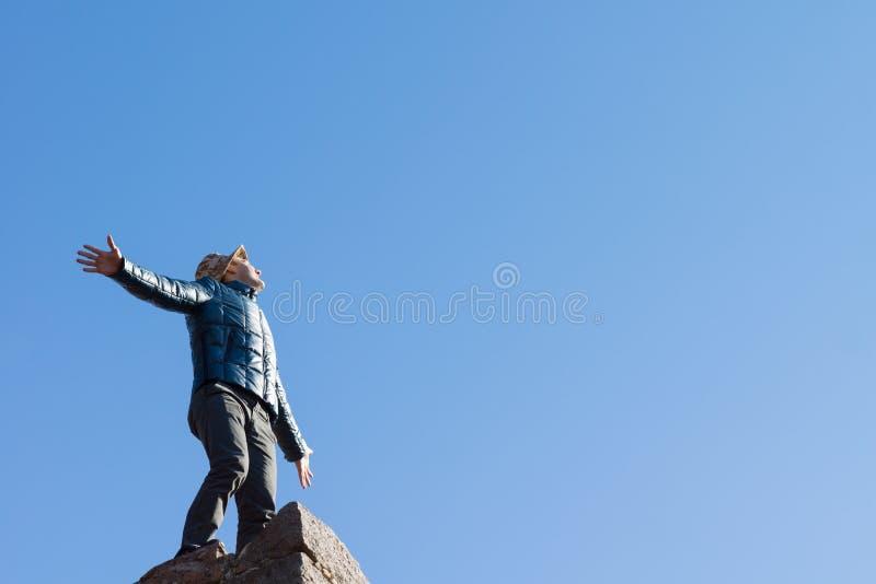 Обильный молодой человек na górze старой каменной стены стоковая фотография