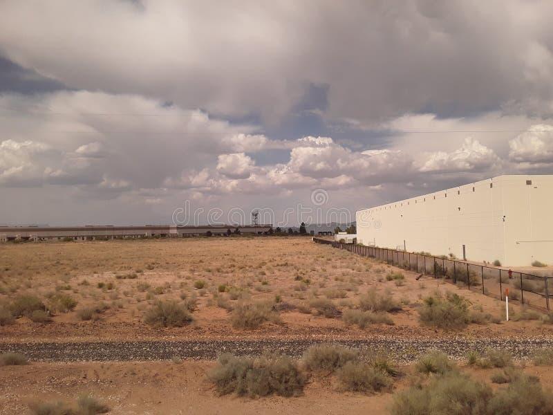 Облака в Техасе со зданием и башней погоды doppler с щеткой от поезда стоковые фото