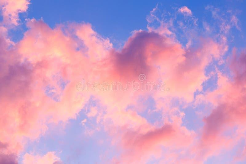 Облака голубого неба, предпосылка пурпурного неба захода солнца стоковые изображения