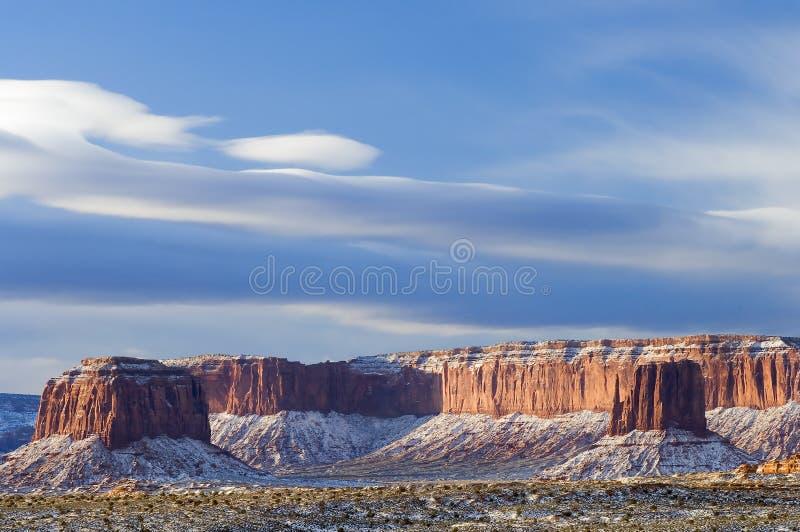 облака заполнили линзовидный памятник над долиной снежка стоковая фотография rf