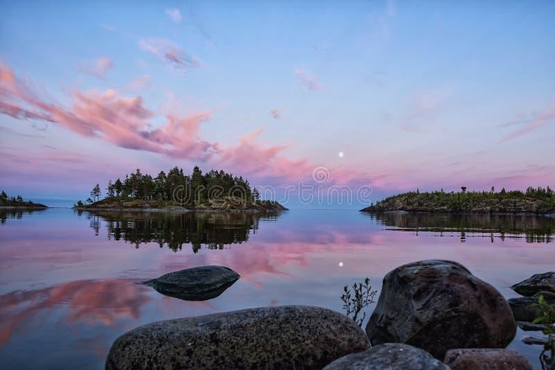 Облака захода солнца выглядеть как языки пламен стоковые фотографии rf