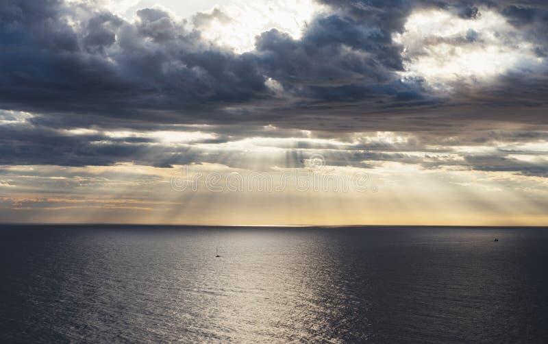 Облака заход солнца голубого неба и солнечного света на океане горизонта Loudscape ¡ Ð на атмосфере seascape предпосылки излучает стоковая фотография rf