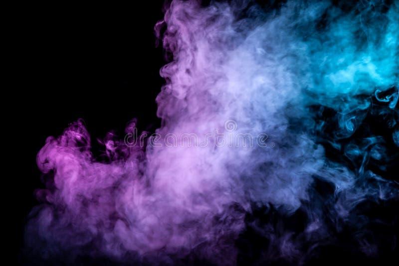 Облака изолированного покрашенного дыма: голубой, красный, зеленый, розовый; перечисление на черной предпосылке стоковое изображение