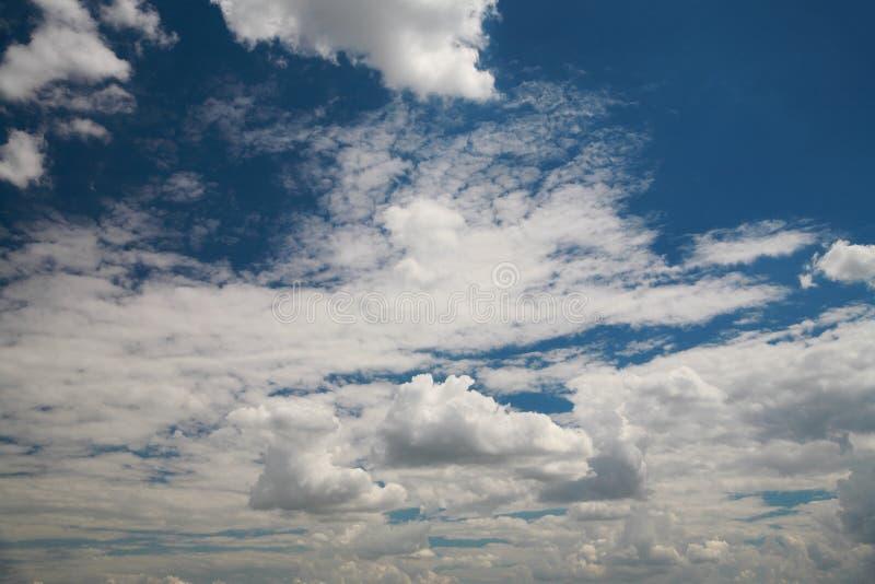 Облака и голубое небо стоковая фотография