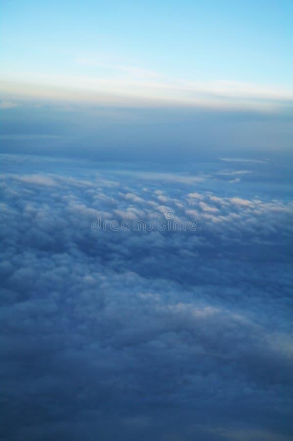 Облака и голубое небо увиденные от самолета стоковое изображение rf