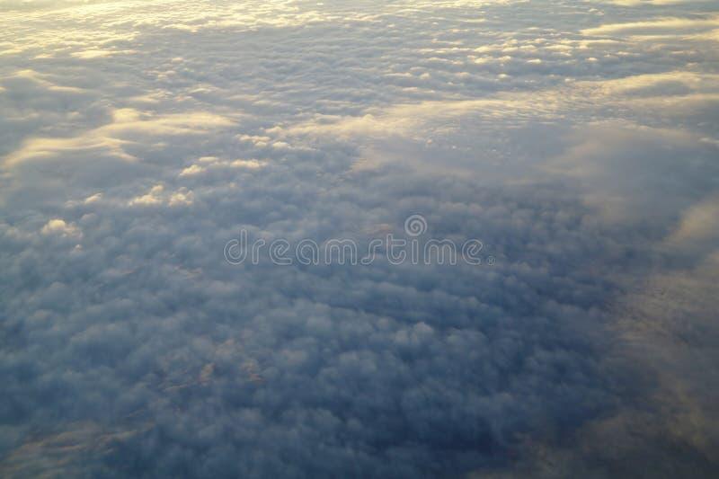Облака и голубое небо увиденные от самолета стоковая фотография