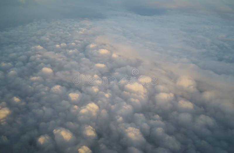Облака и голубое небо увиденные от самолета стоковые фотографии rf