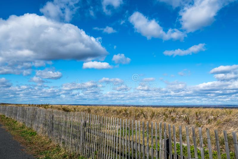 Облака и загородка стоковые изображения