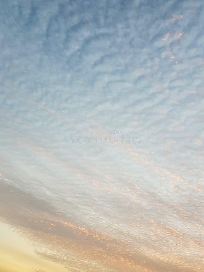 Облака и небо в вечере иллюстрация штока