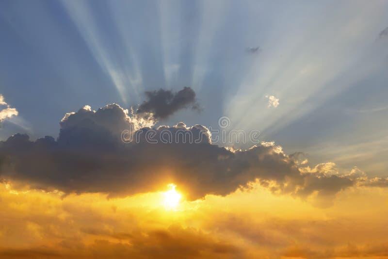Облака и солнце светят через лучи света в загоренном p стоковые изображения rf