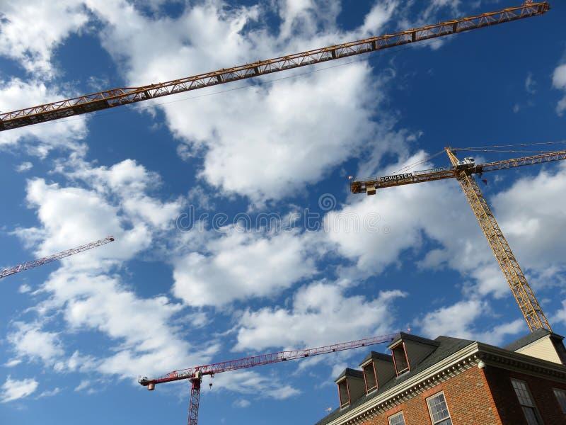 Облака и строительные краны стоковые изображения rf