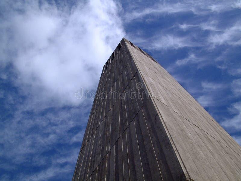 облака касатьясь башне стоковые изображения rf