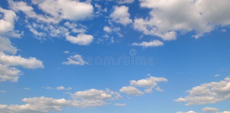 Облака кумулюса в голубом небе яркий день солнечный Широкое фото стоковые фотографии rf