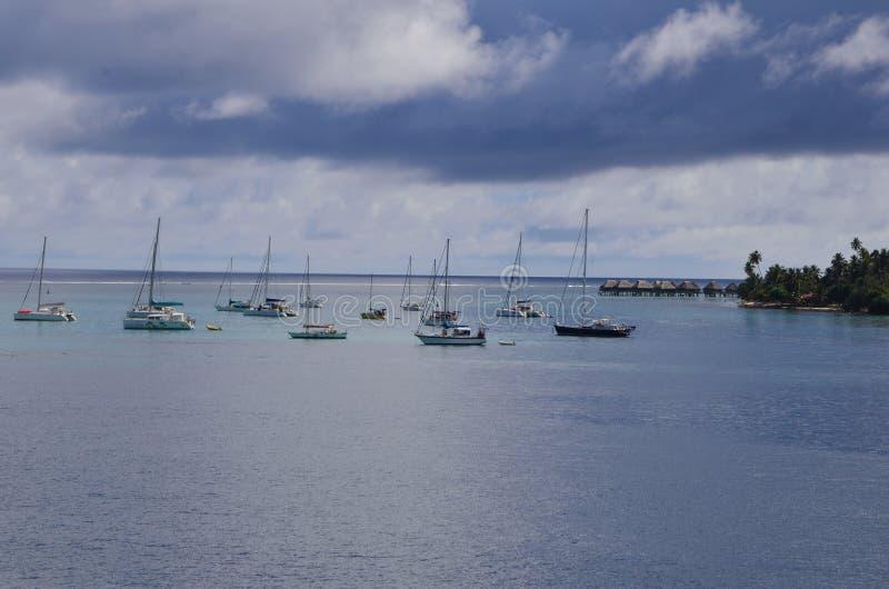 Облака, море и небо и парусники в Южной части Тихого океана стоковые изображения rf