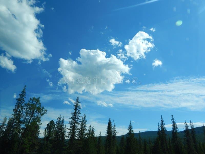 Облака над горами в солнечном свете стоковые фотографии rf