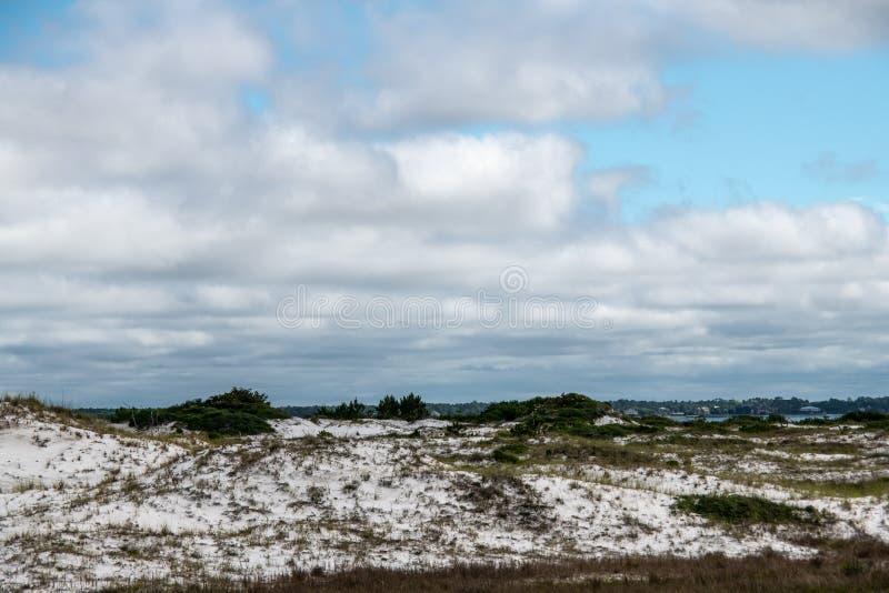 Облака над одичалыми дюнами на национальном Seashore стоковое изображение
