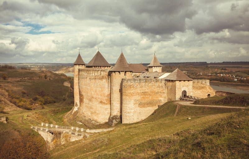 Облака над старыми городком и крепостью Khotyn, Украиной Замок расположен на правом береге реки Днестра стоковые фото