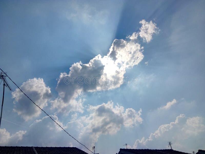 Облака накаляют в небе стоковое изображение rf