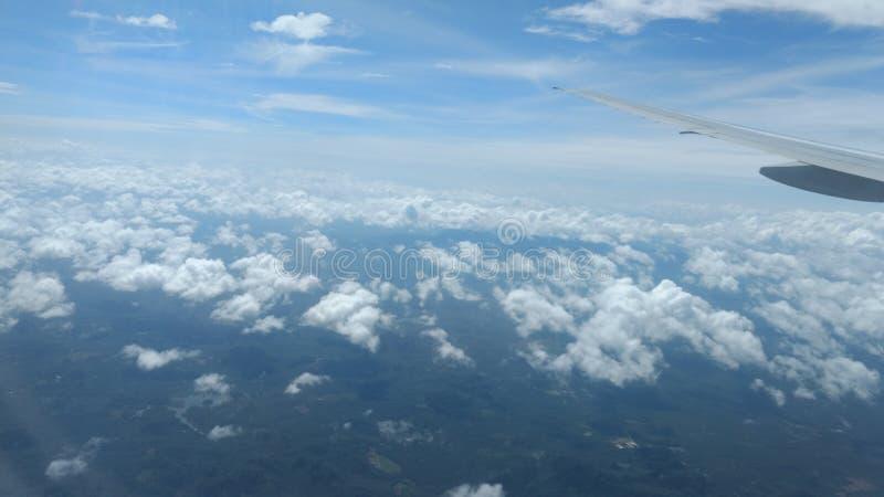 Облака на взгляд сверху голубого неба, обои предпосылки, ландшафт стоковая фотография rf