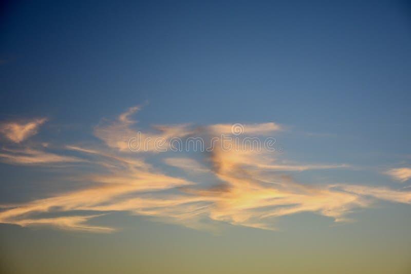 Облака на заходе солнца, небеса Норфолка, Англия стоковое фото rf