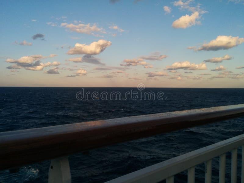 Облака на сумраке на море от перил туристического судна стоковая фотография rf