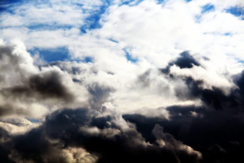 Облака неба, белых и темных стоковое изображение rf