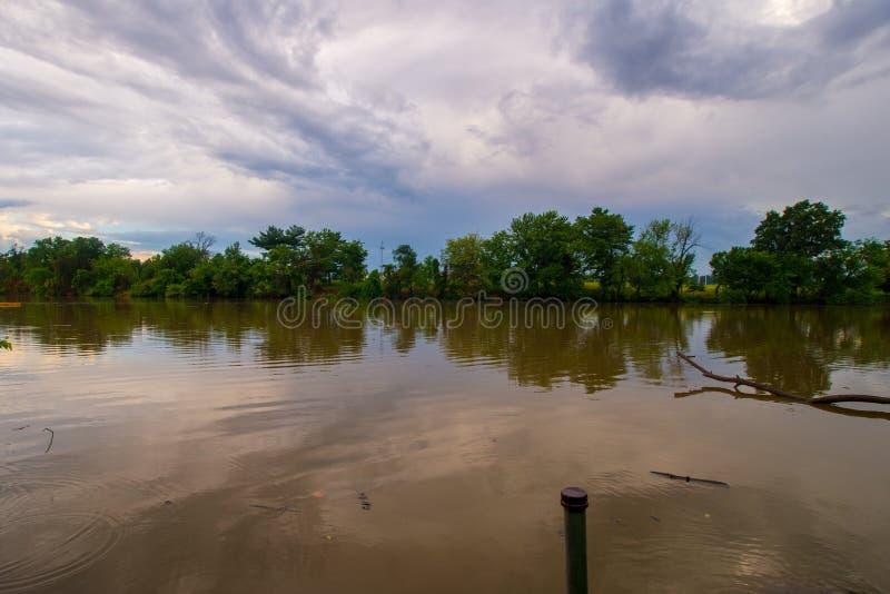 Облака отражая реку стоковые изображения rf