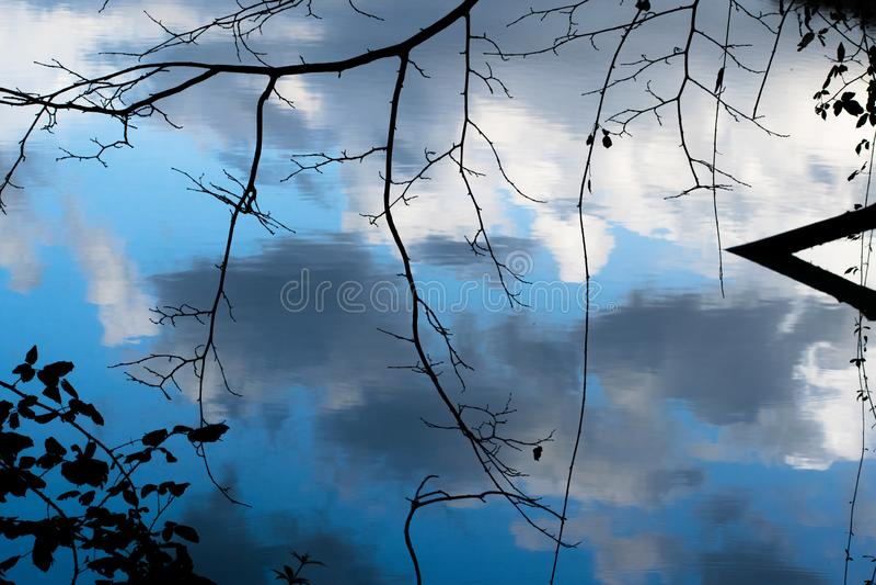 Облака отразили в воде в реке Тибра - Риме, Италии стоковое фото rf